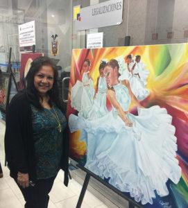 Foto de Elizabeth Arias Ojeda al lado de su obra artistica