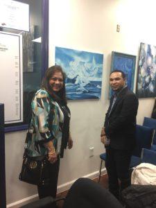 foto Elizabeth Arias Ojeda frente a su cuadro relacionado con la paz y Danilo Peña, pintor dominicano