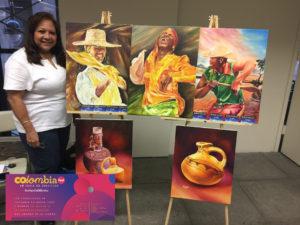 Foto de Elizabeth Arias Ojeda con su obra