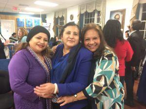 foto Morena Díaz y la Sra. Cónsul General de El Salvador, Ana Lorena Siria de Lara y Elizabeth Arias Ojeda