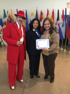foto Recibiendo el certificado de manos de Leonor Torres y Amado Mora, Curador