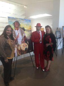 foto Elizabeth Arias Ojeda con Amado y Blanca Mora, frente a la obra