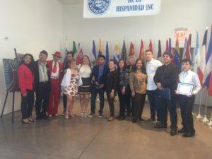 foto Grupo de artistas participantes en la exhibición