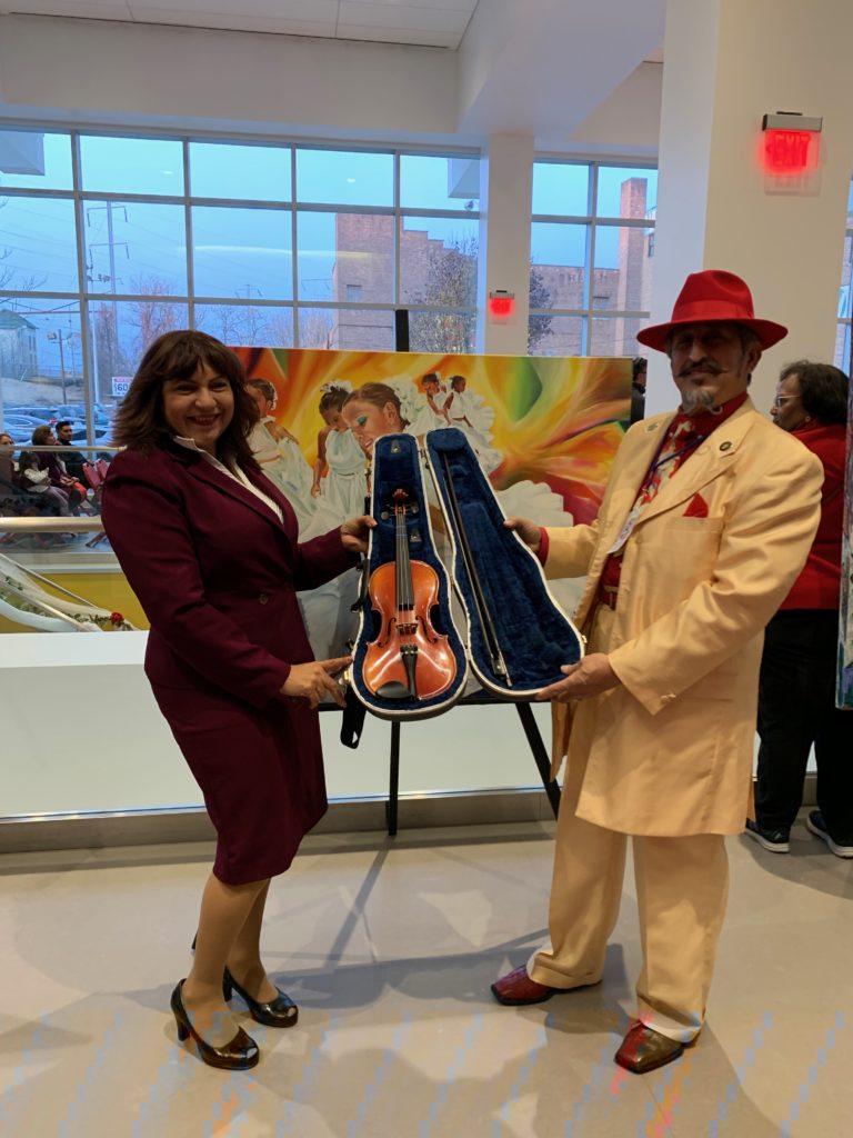 foto Maricela Reyes Martínez y Amado Mora junto a la obra de Elizabeth Arias Ojeda