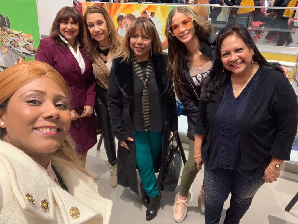 foto de Maricela Reyes Martínez y un grupo de empresarias y artistas