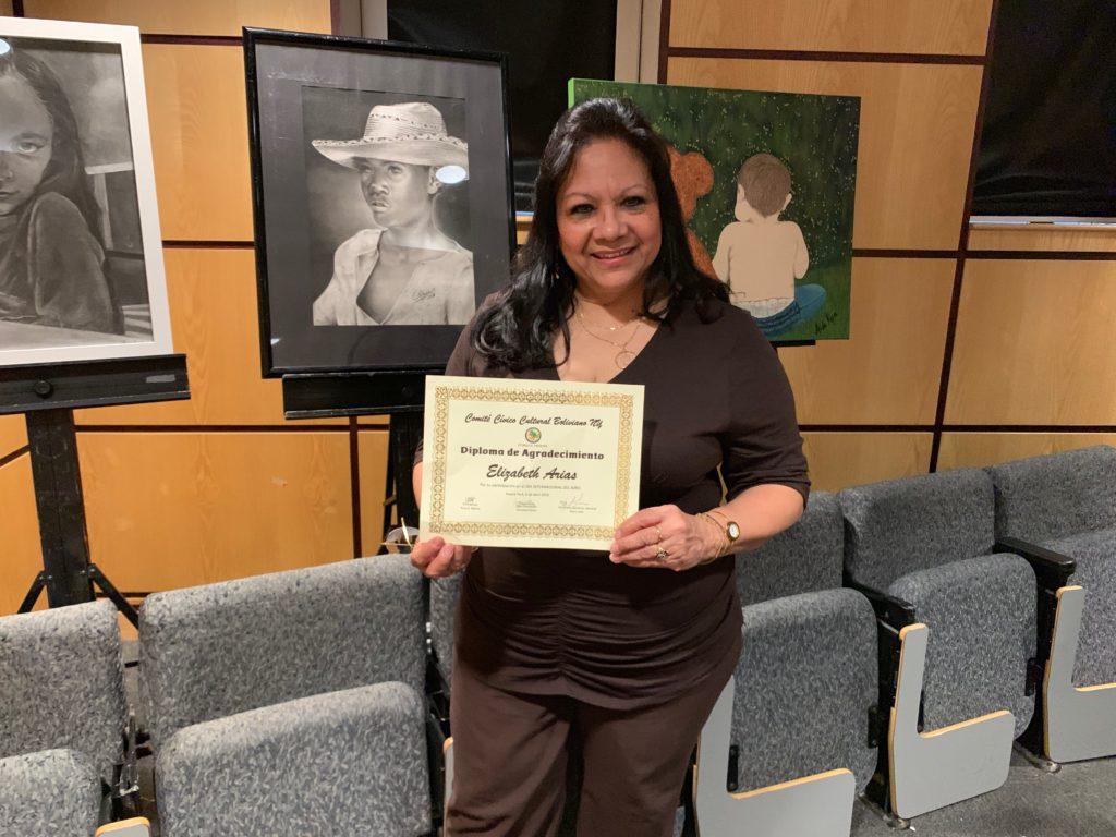foto Con mi diploma al lado de mi carboncillo